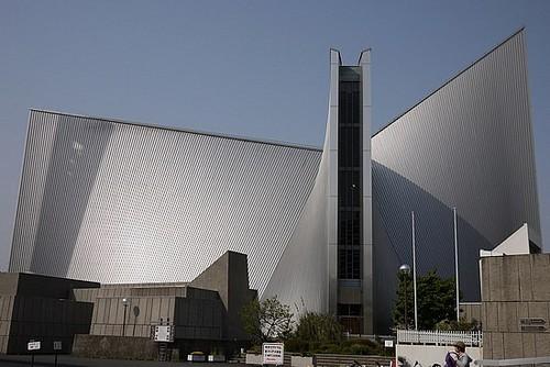 La moderna Catedral de Santa María, en Tokio